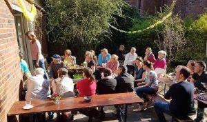 Besucher beim Frühlingsfest von Klein Borstel hilft