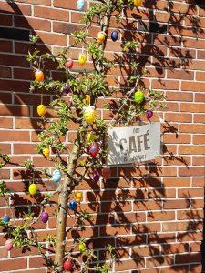 Der Osterbaum vor der Begegnungsstätte in Klein Borstel